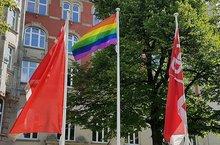 Regenbogenfahne vor dem DGB Haus Hamburg